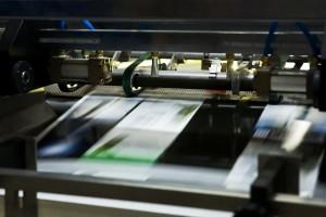 Imprenta - Máquina imprimiendo a todo color