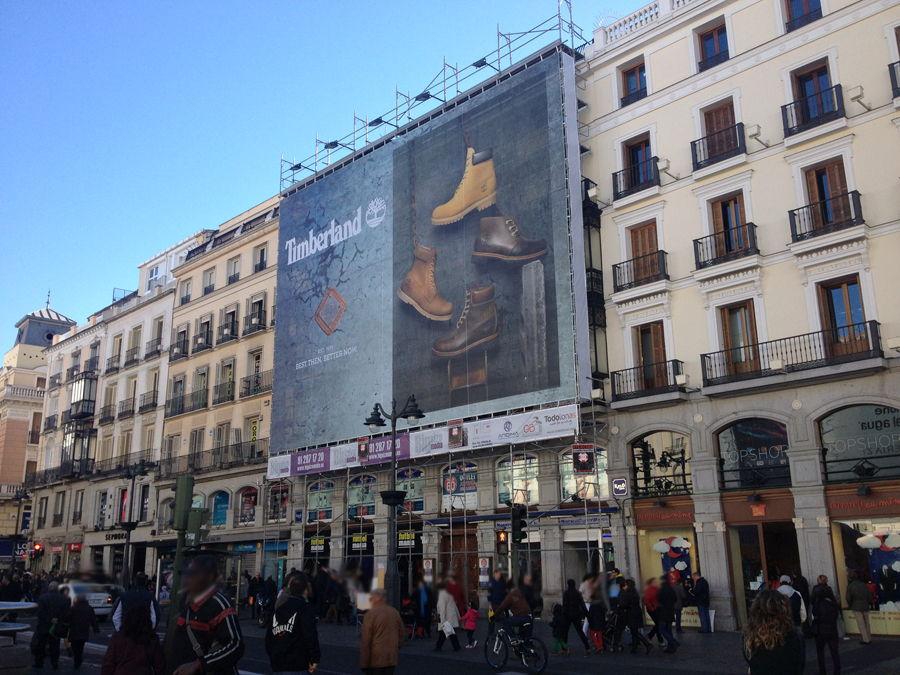 Lonas publicitarias gigantes sobre fachada