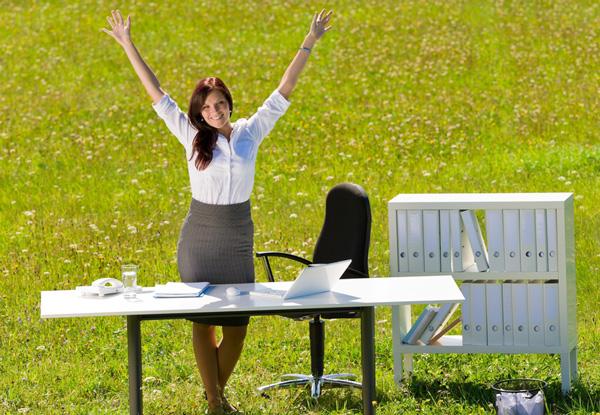 Mujer feliz en verano