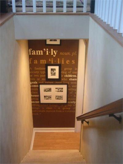 pared de una escalera doméstica decorada con vinilos y cuadros