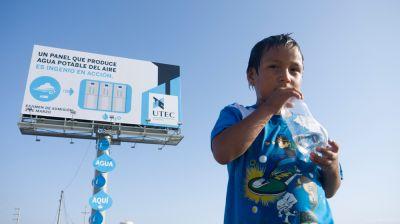 un cartel que condensa humedad ambiental en agua