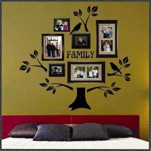 pared decorada con vinilo de corte con forma de arbol y cuadros
