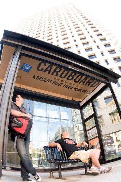Publicidad mupis publicitarios en parada de autobús