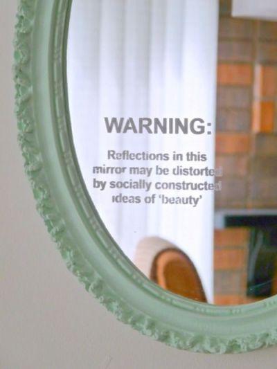 espejo decorado con vinilos