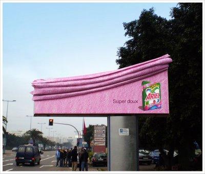 Ejemplo de valla publicitaria creativa Ariel