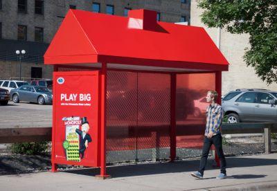Publicidad sorprendente para inmobiliarias en paradas de autobús.