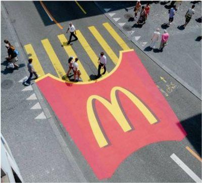 Paso de peatones con publicidad en el suelo