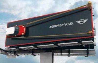 ejemplo de valla original y creativa con coche en relieve