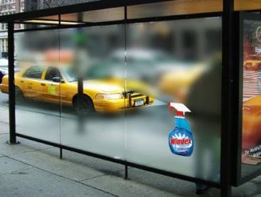 ejemplo de street marketing en una marquesina de autobus