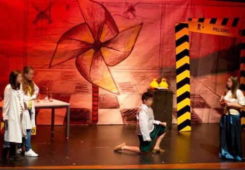 Impresión gran formato sobre papel fondo escenario Compañia Los Pollitos.